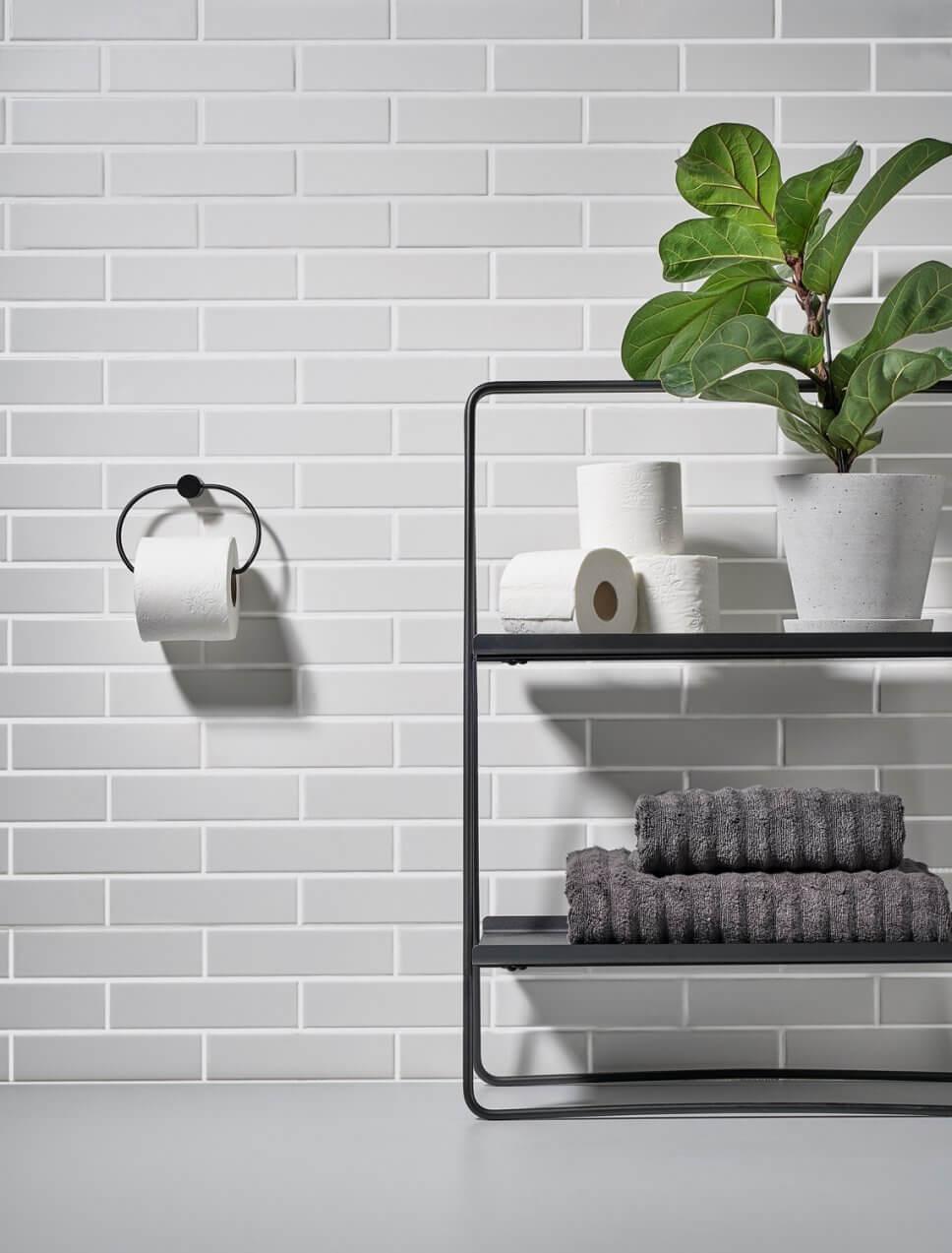 Toilettenpapierhalter in modernem Badezimmer