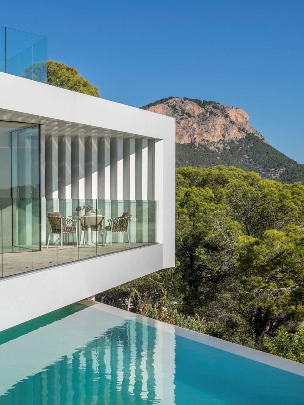 Moderne Architektur mit Blick auf Gebirge