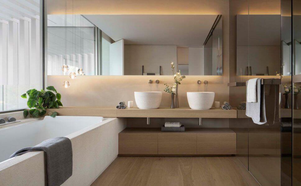 Modernes Badezimmer mit zwei Aufsatzbecken und großer Badewanne