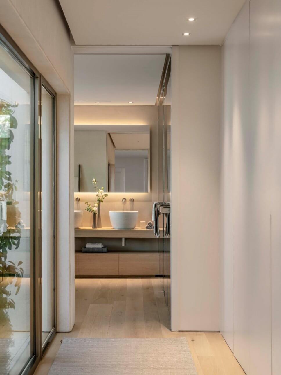 Blick in modernes Badezimmer mit Aufsatzbecken