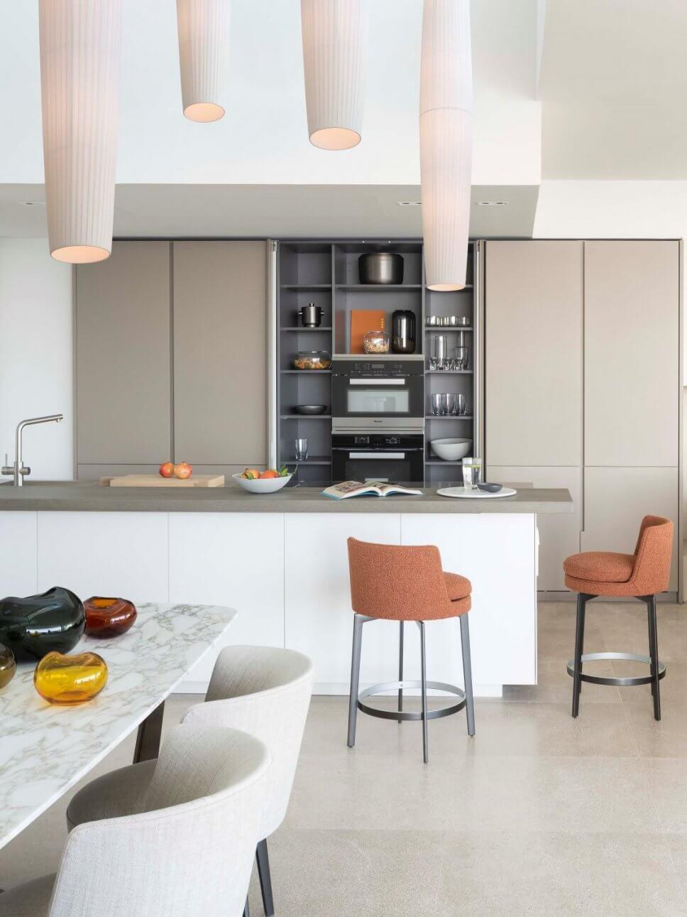 Moderne offene Küche mit Essplatz