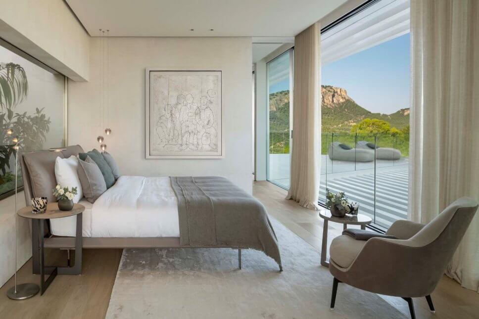 Modernes Schlafzimmer mit Doppelbett und Blick auf Gebirge