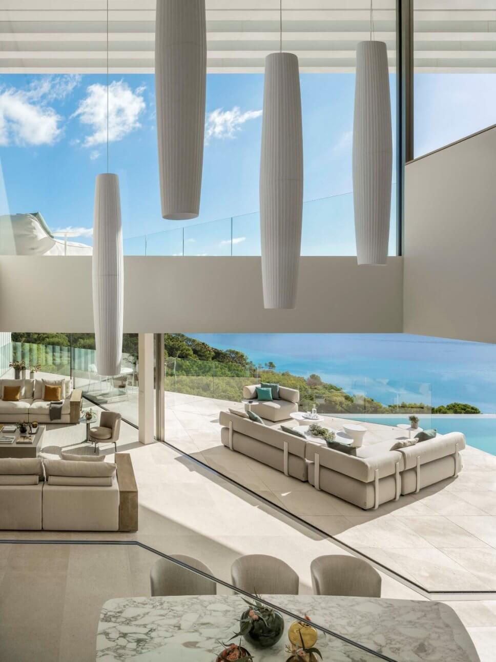 Terrasse mit Sofa in moderner Villa mit Blick aufs Meer
