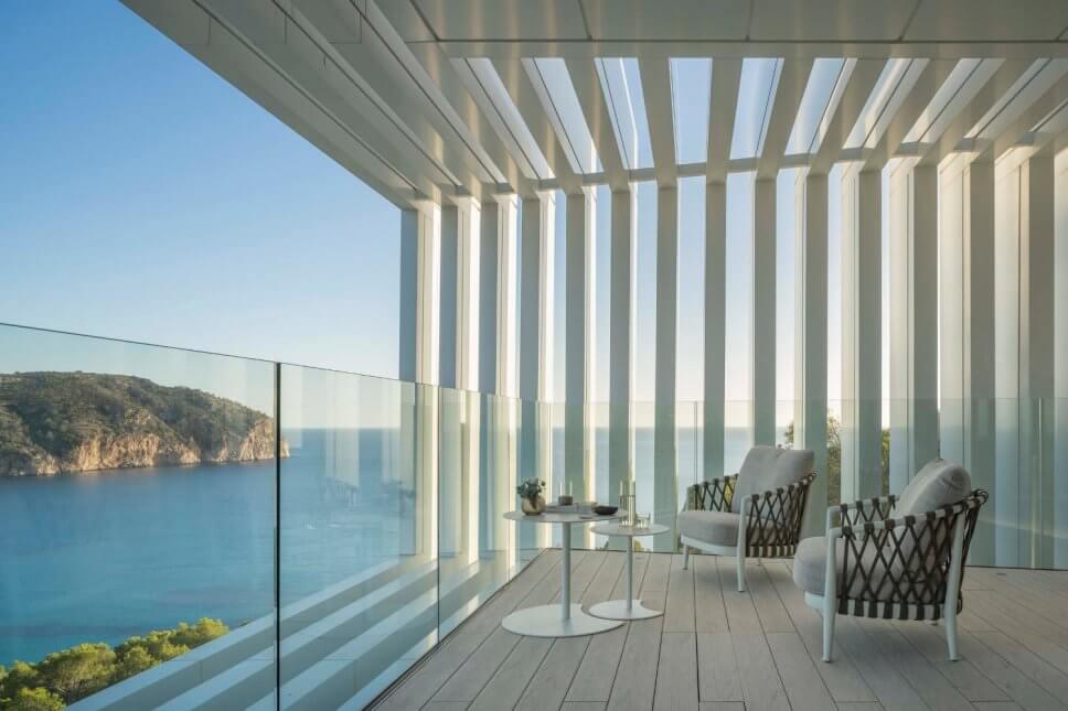 Balkon mit zwei Sesseln in moderner Villa mit Blick aufs Meer