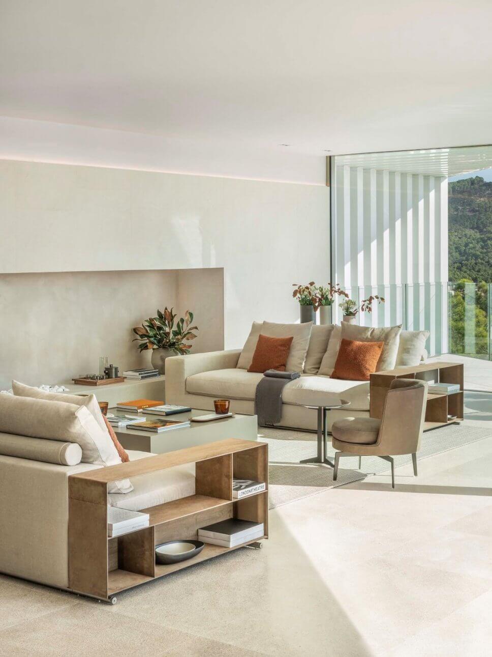 Modernes Wohnzimmer mit zwei Sofas vi-a-vis und Sessel