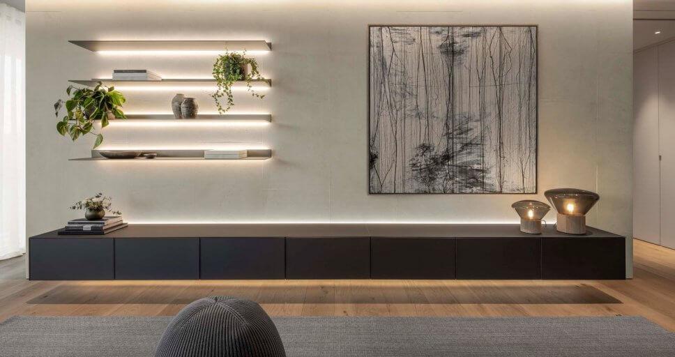 Lowboard, beleuchtetes Regal und Gemälde in moderner Villa