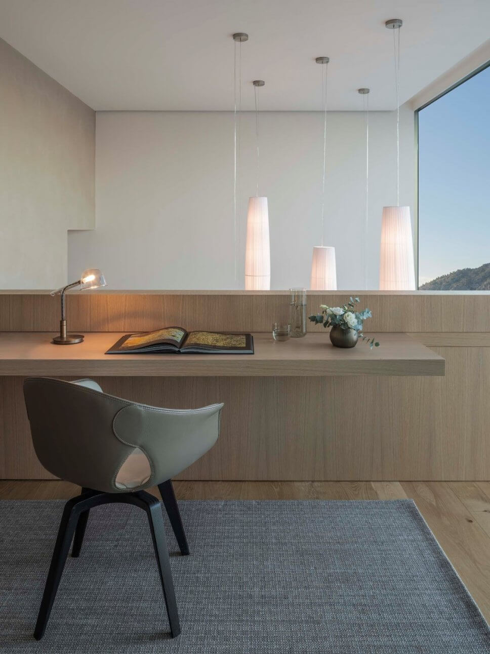 Stuhl vor Schreibplatte in moderner Villa
