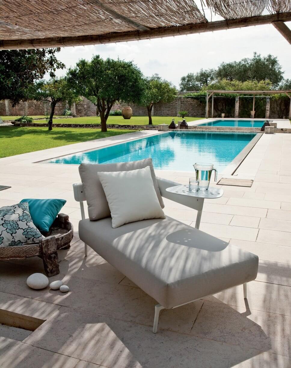 Moderne Sonnenliege auf Terrasse