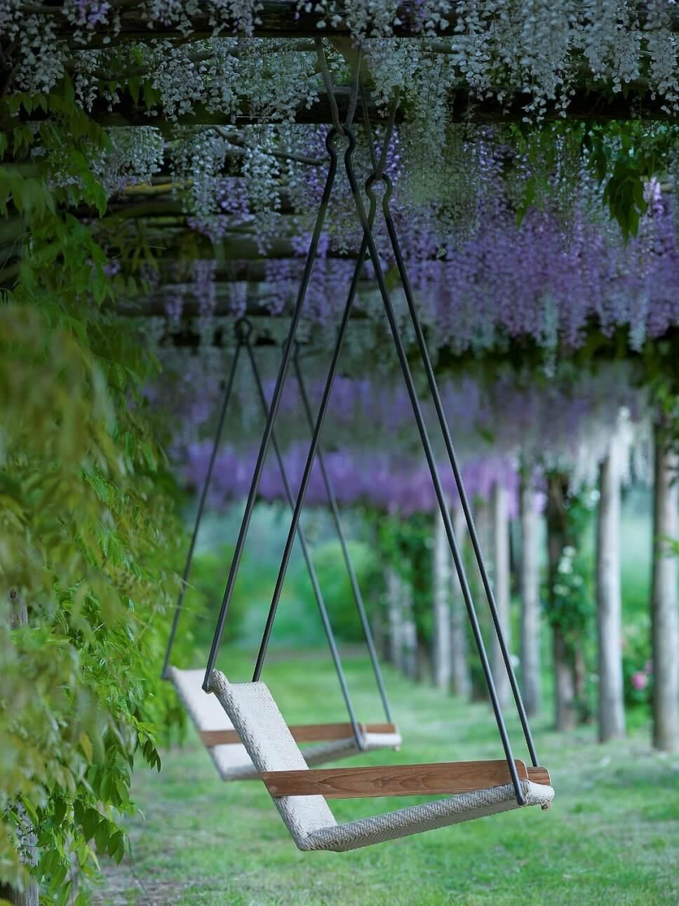 Moderne Gartenschaukel auf Terrasse