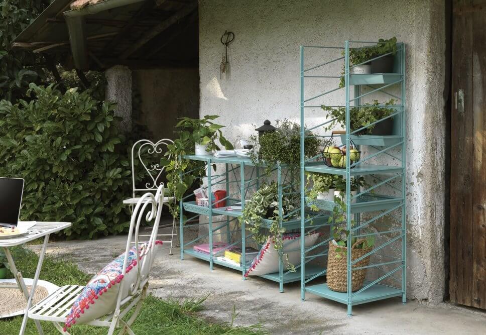 Gartenregal aus Metall steht auf Terrasse
