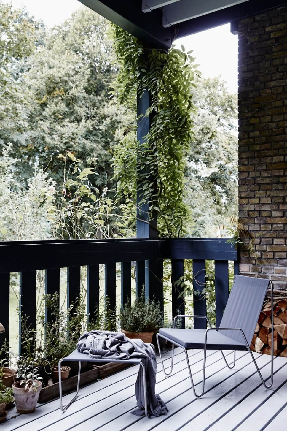 Moderner Gartensessel auf Veranda
