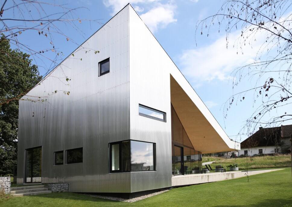 Moderne Villa mit Fassade aus Alu-Wellblech