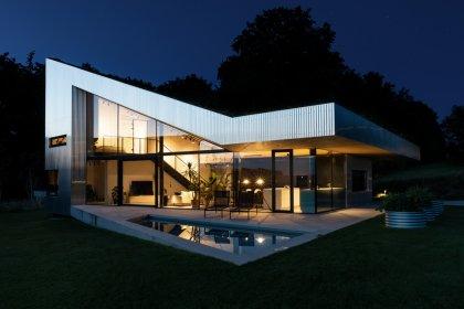Moderne Villa im Wald mit Pool