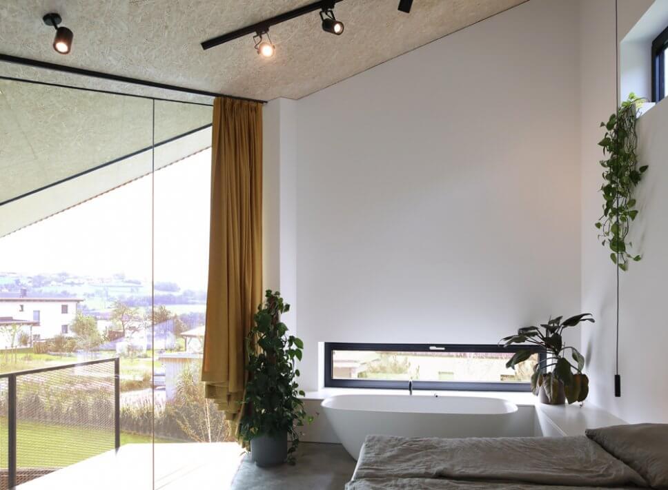 …baulich abgeschirmt liegt der zeltartige Schlaf- und Badbereich im Obergeschoss mit einer freistehende Wanne vorm Panoramafenster…