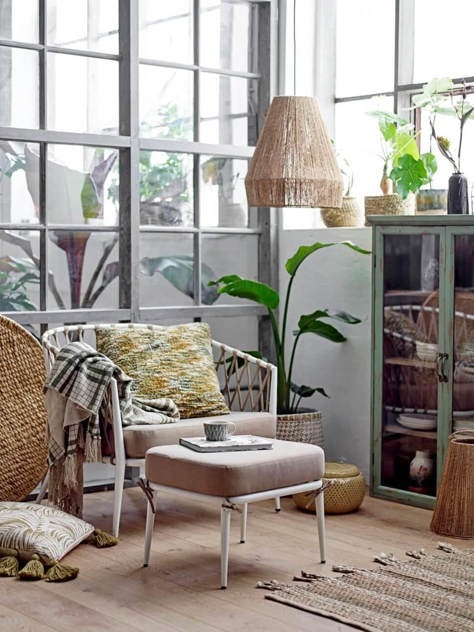 Sessel mit Fußhocker vor Sprossenfenster