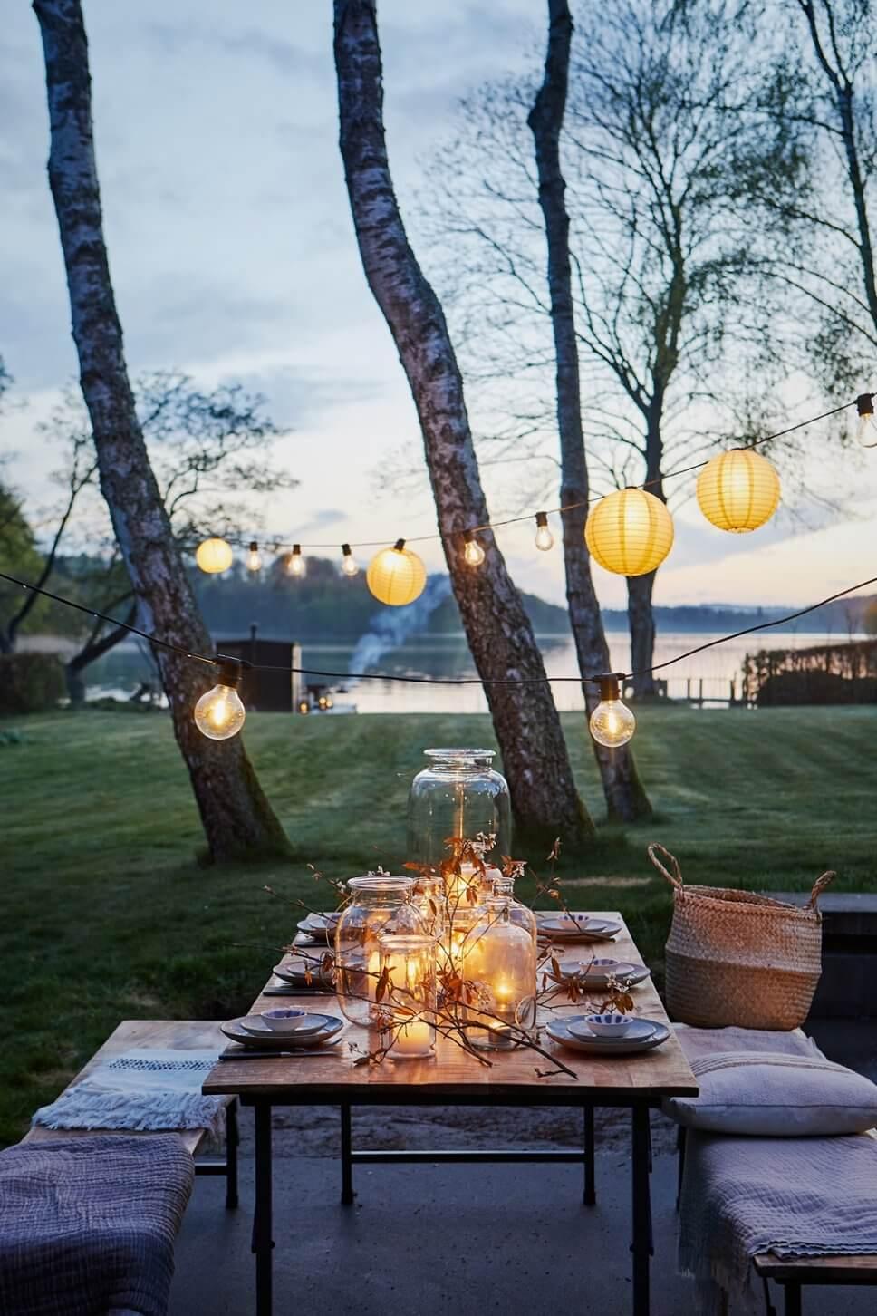 Sommerlich gedeckter Tisch auf der Terrasse am See