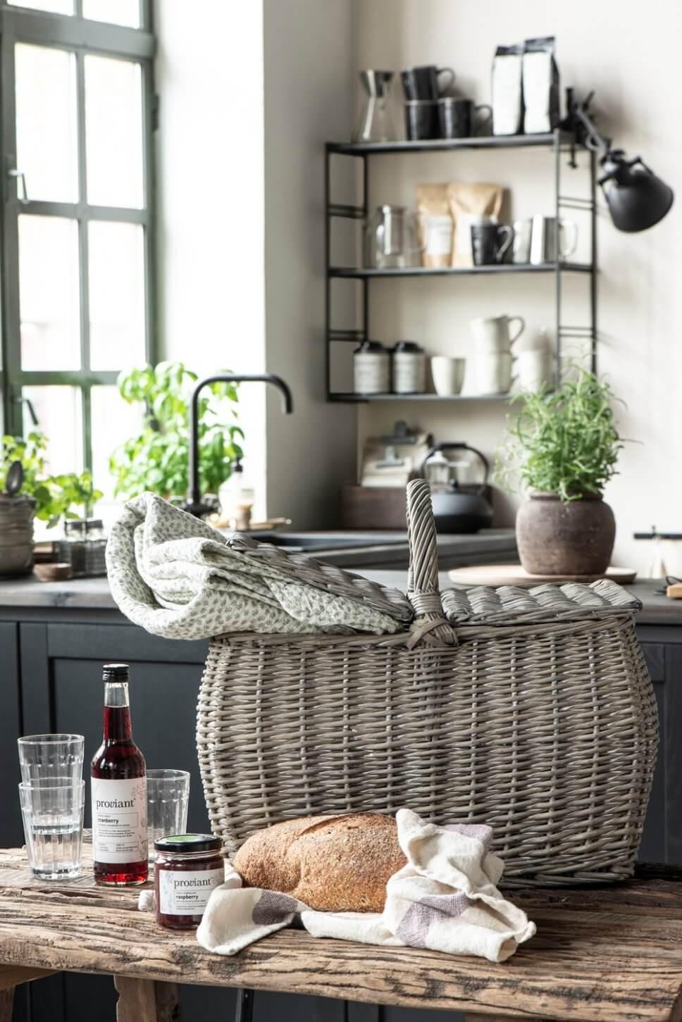 Landhausküche mit Keramik in offenen Regalen und Picknickkorb