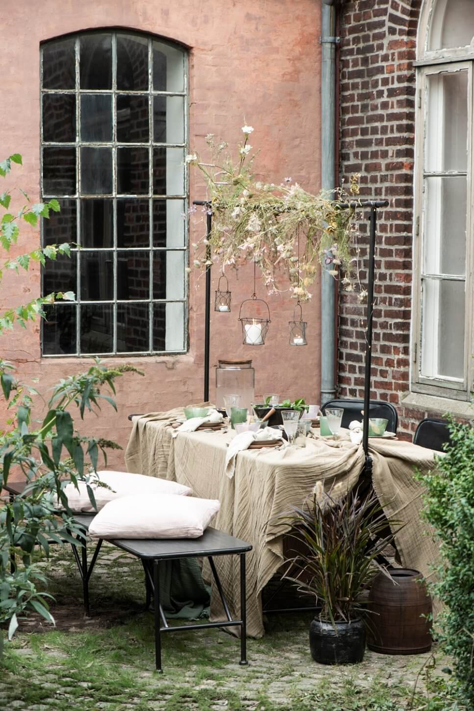 Sommerlich gedeckter Tisch auf der Terrasse