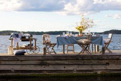 Sommerlich gedeckter Tisch auf Bootssteg