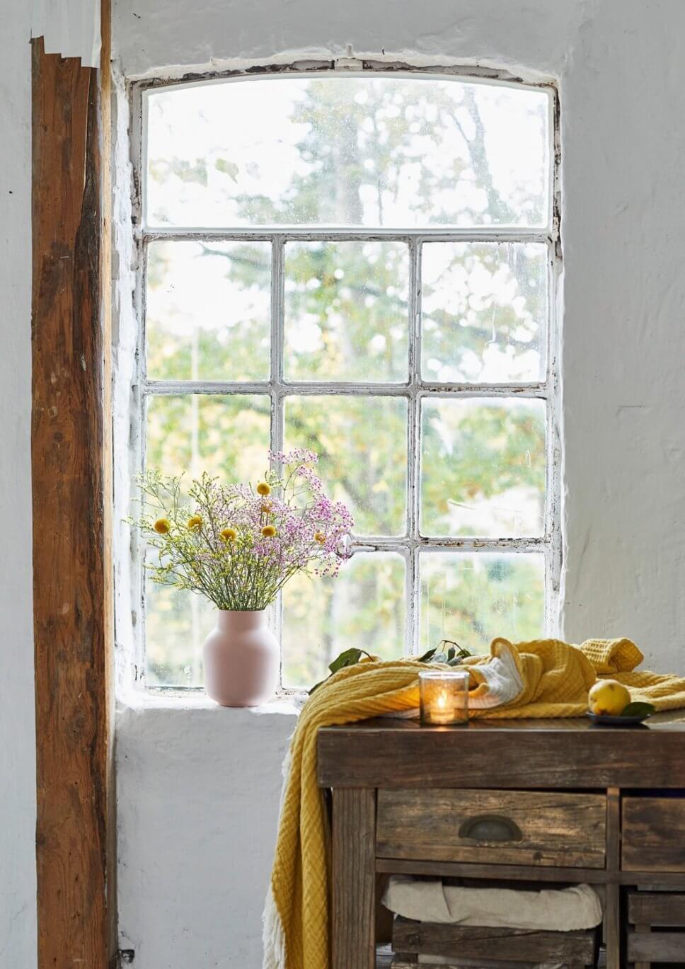 Wiesenblumenstrauß vor Sprossenfenster