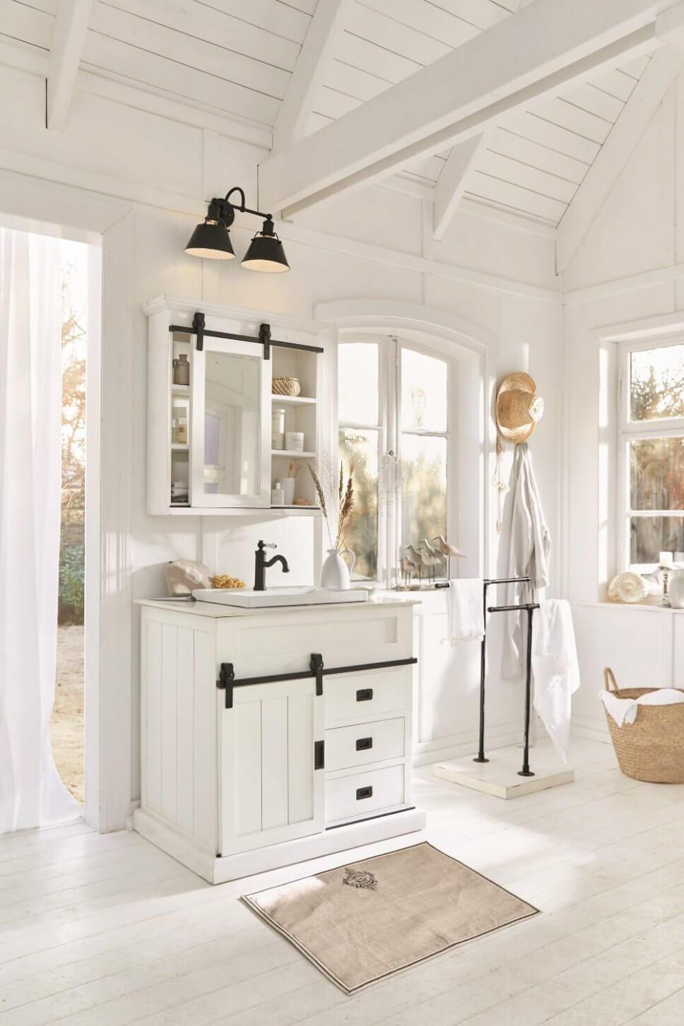 Weiß getäfelte Landhaus-Badezimmer mit Keramikbecken