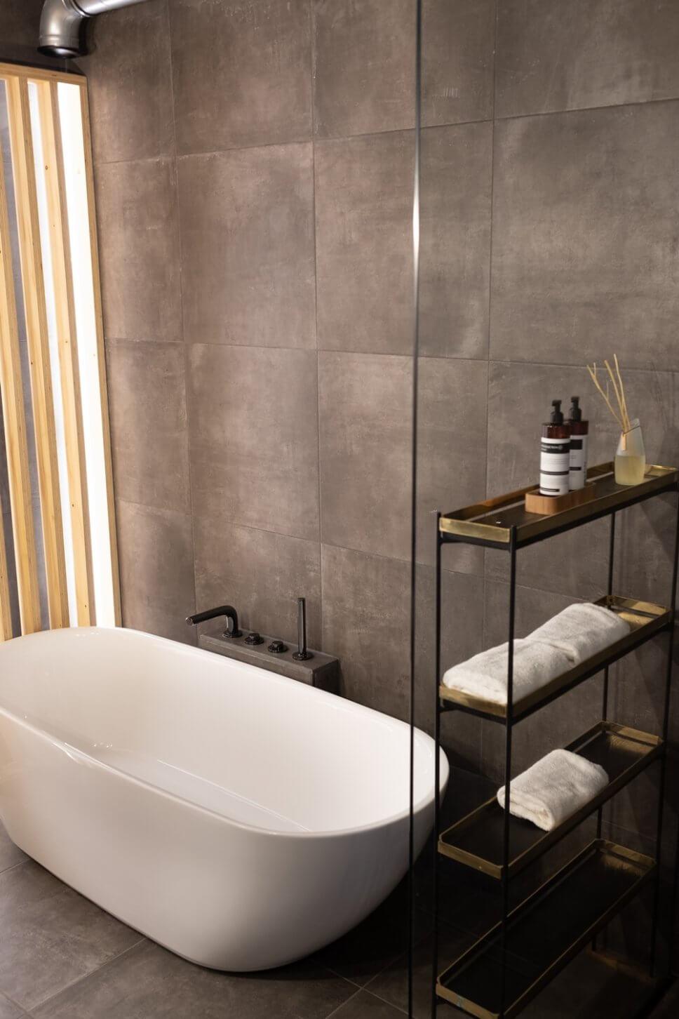 Modernes Badezimmer mit freistehender Wanne