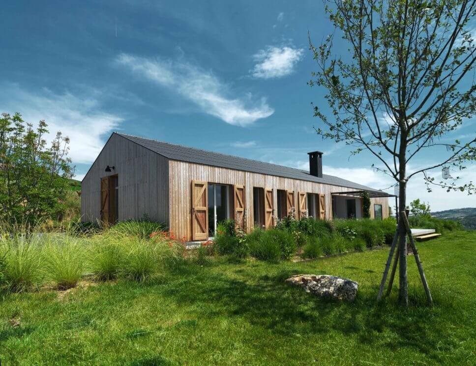 Modernes Holzhaus in sommerlicher Landschaft