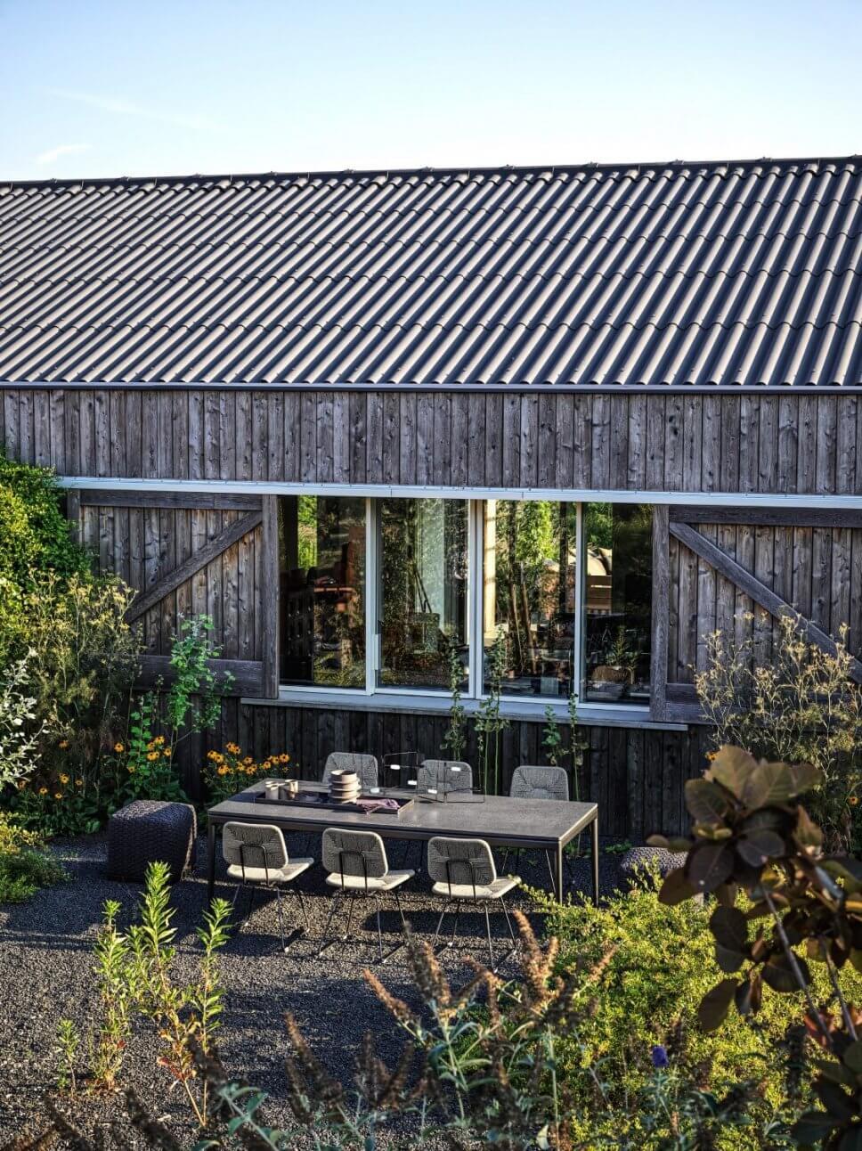 Moderne Gartenstühle und Tisch auf Terrasse