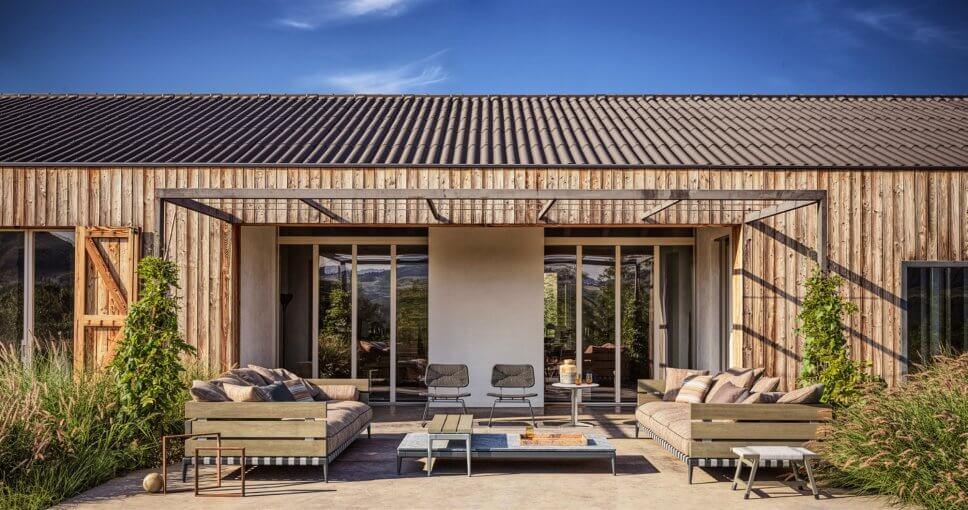 Modernes Gartensofa auf Terrasse