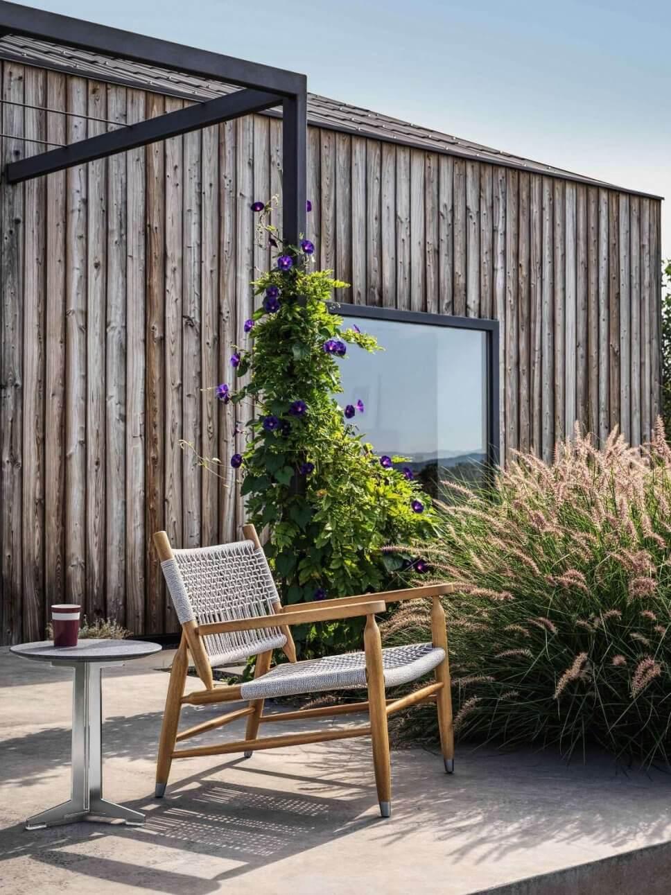 Moderner Gartensessel auf Terrasse