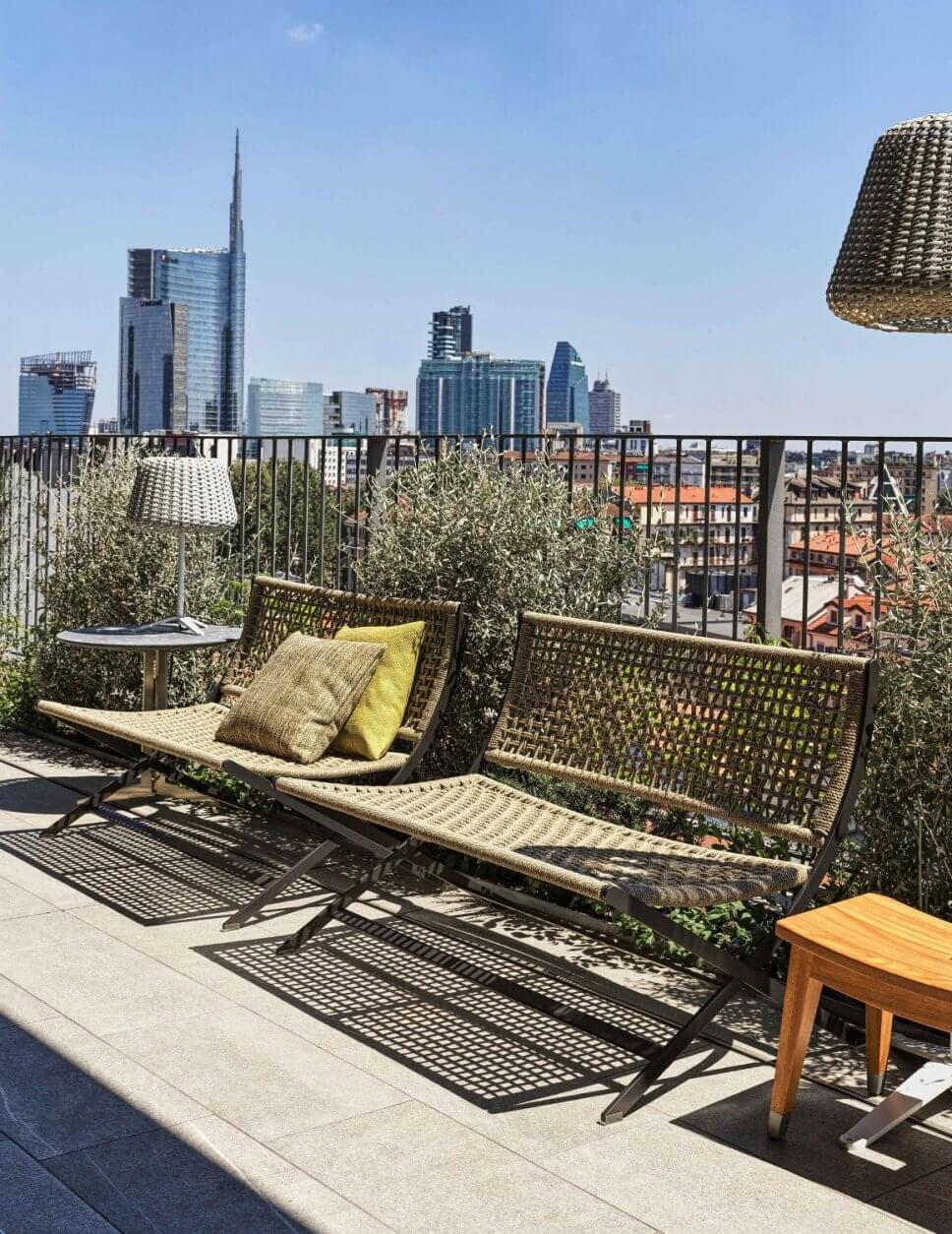 Moderne Gartensofas auf Dachterrasse