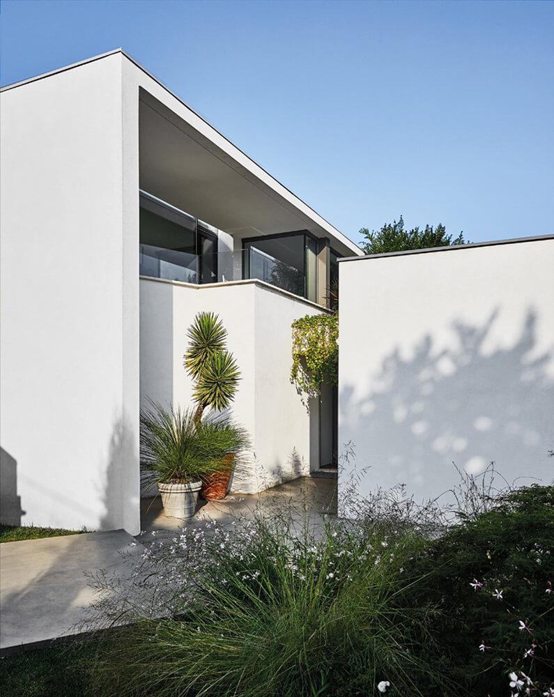 Moderne Villa mit Palmen in Kübeln