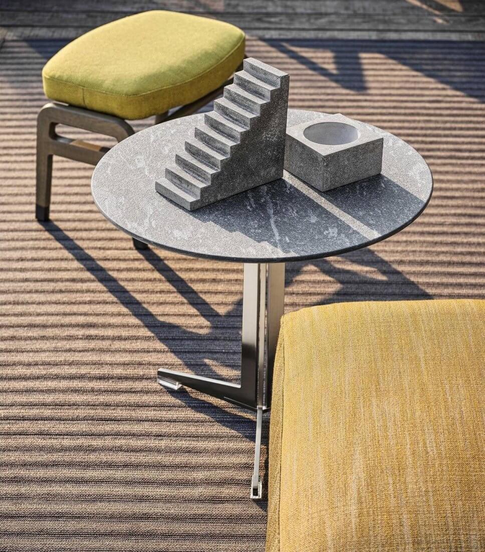 Detail eines modernen Gartensofas, Coffeetable und Hocker auf Terrasse