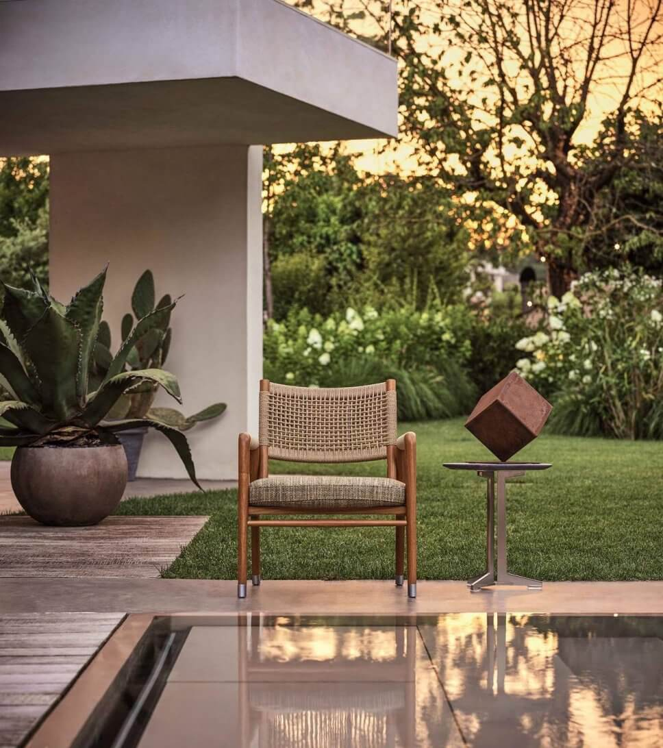 Moderner Gartenstuhl auf Terrasse