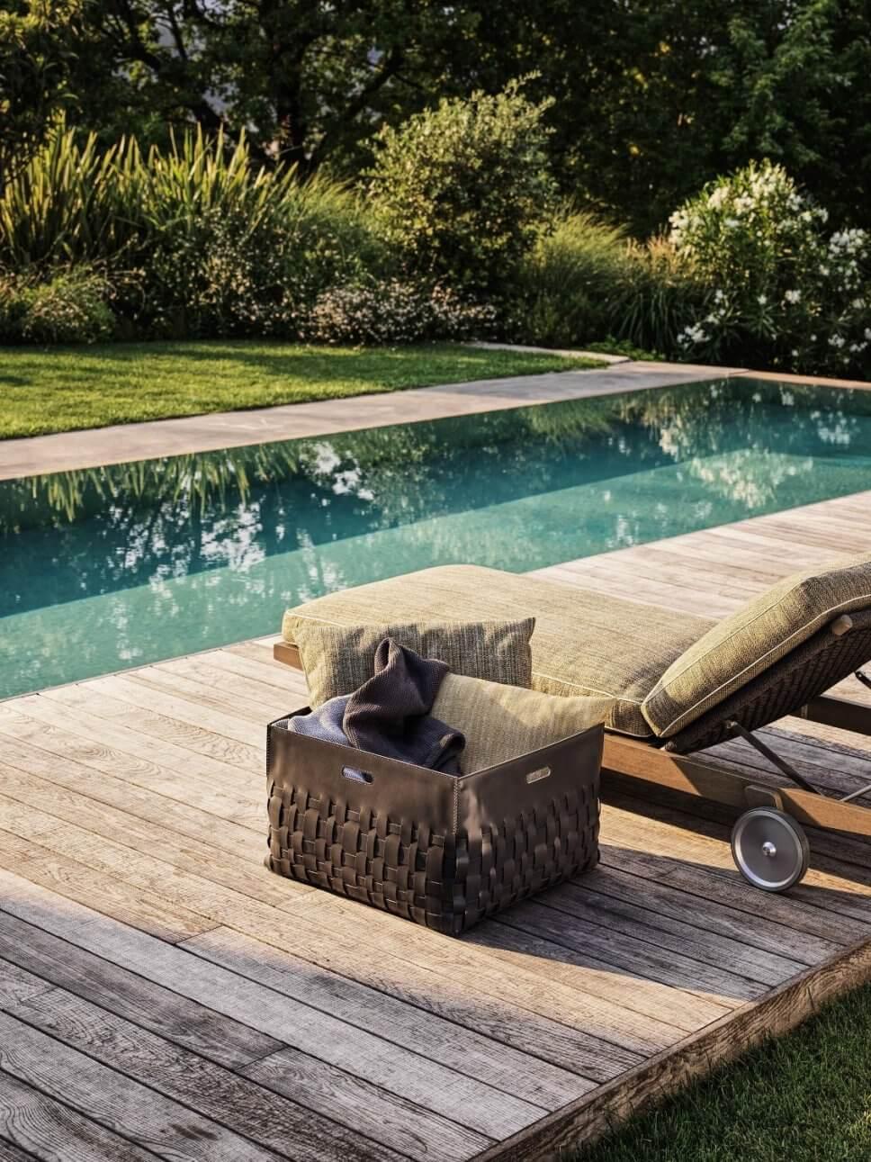 Modernes Sonnenliege auf Terrasse neben Pool
