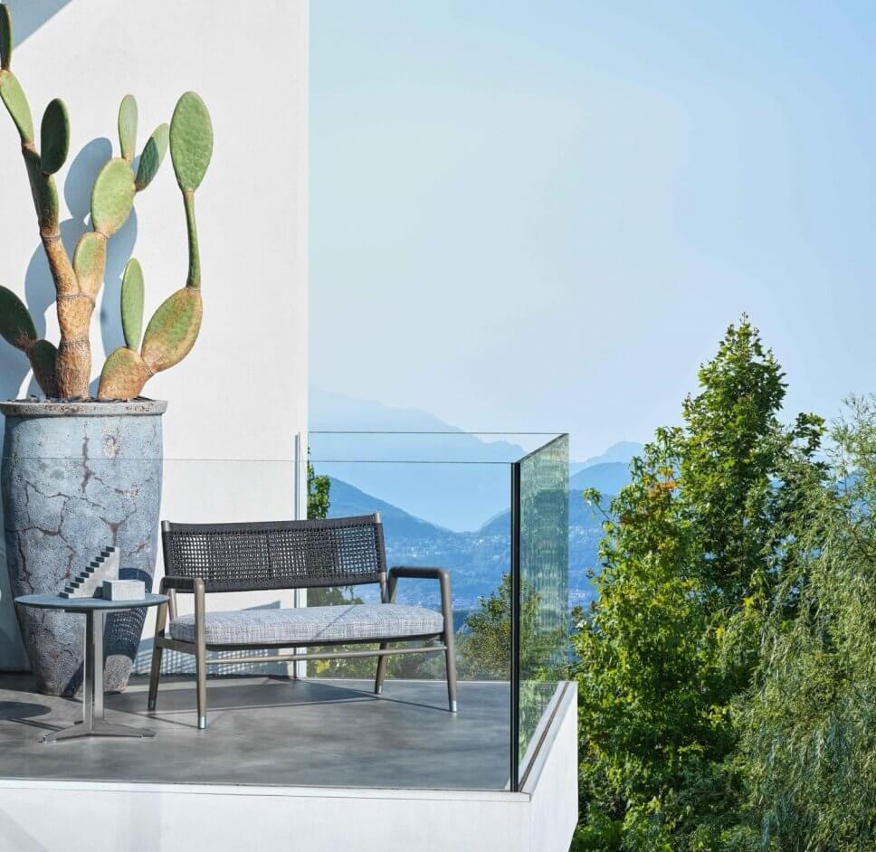Moderner Gartensessel auf Balkon