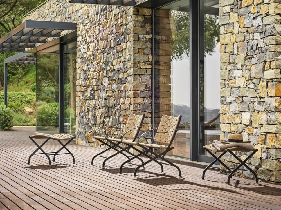 Moderne Gartenstühle auf Terrasse
