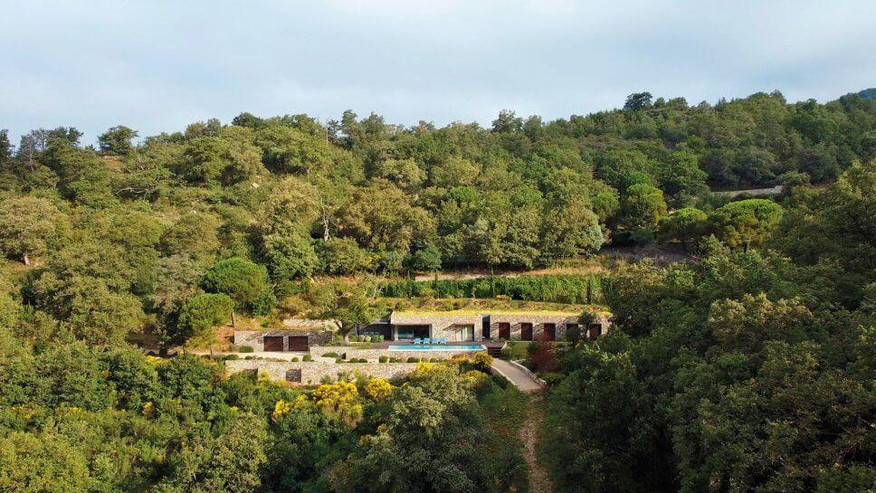 Moderne Villa im Hang mit Pool