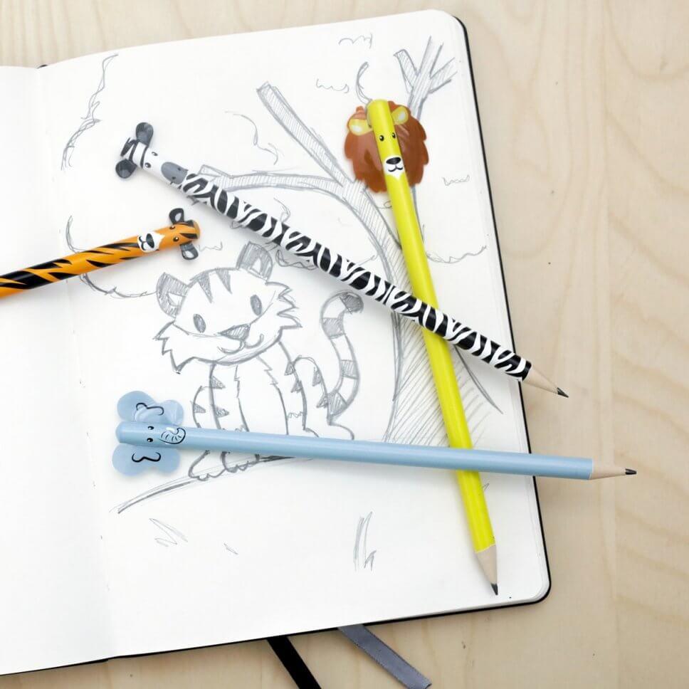 Bunte Notizhefte und Stifte