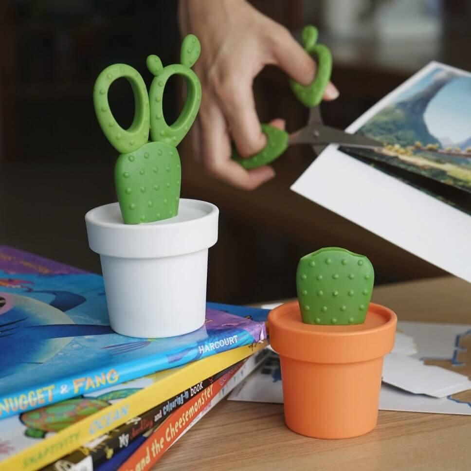 Schere in Form eines Kaktus' mit Ausbewahrungsbehälter in Form eines Blumentopfs