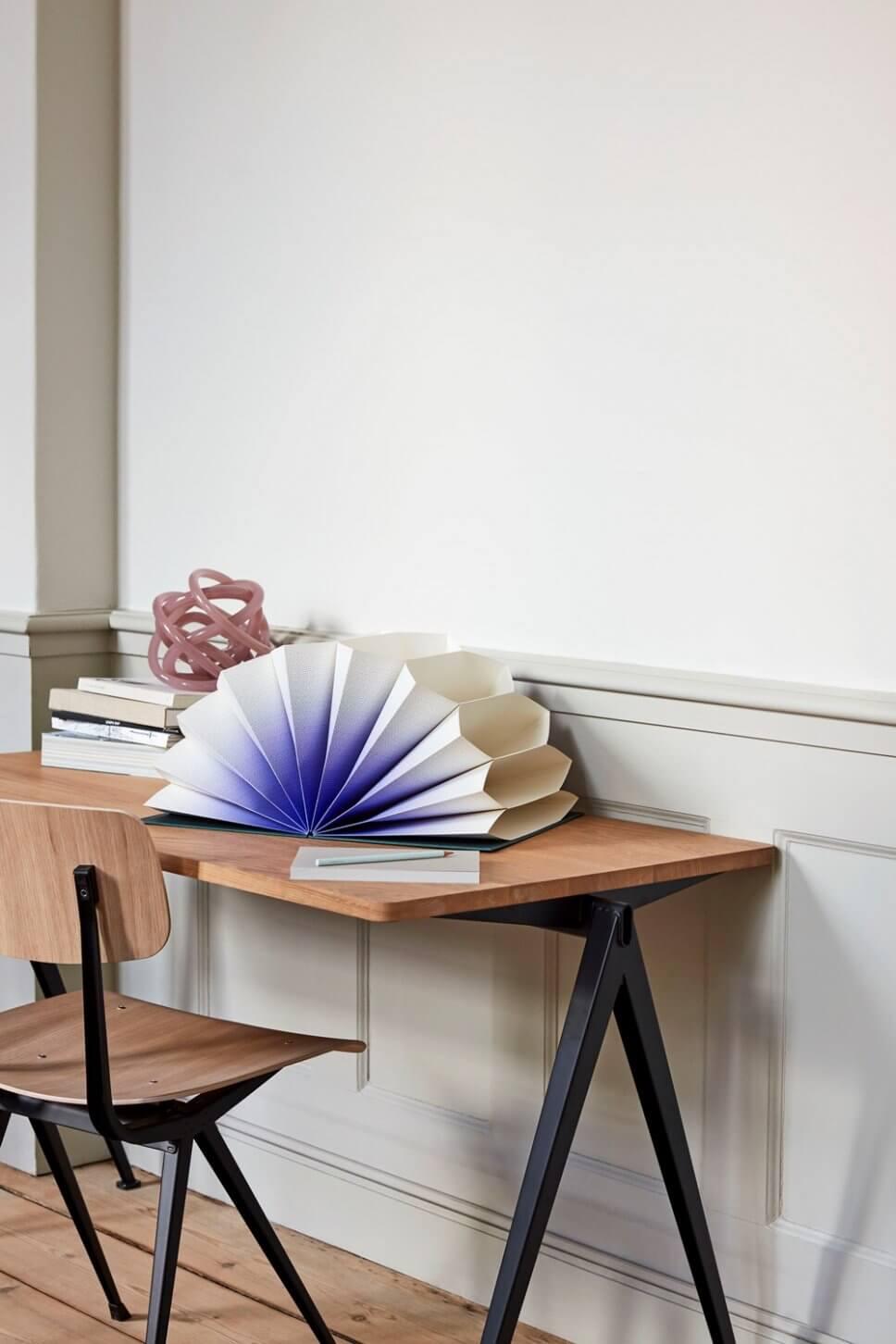 Bunte Schreibtischorganizer und Stifte