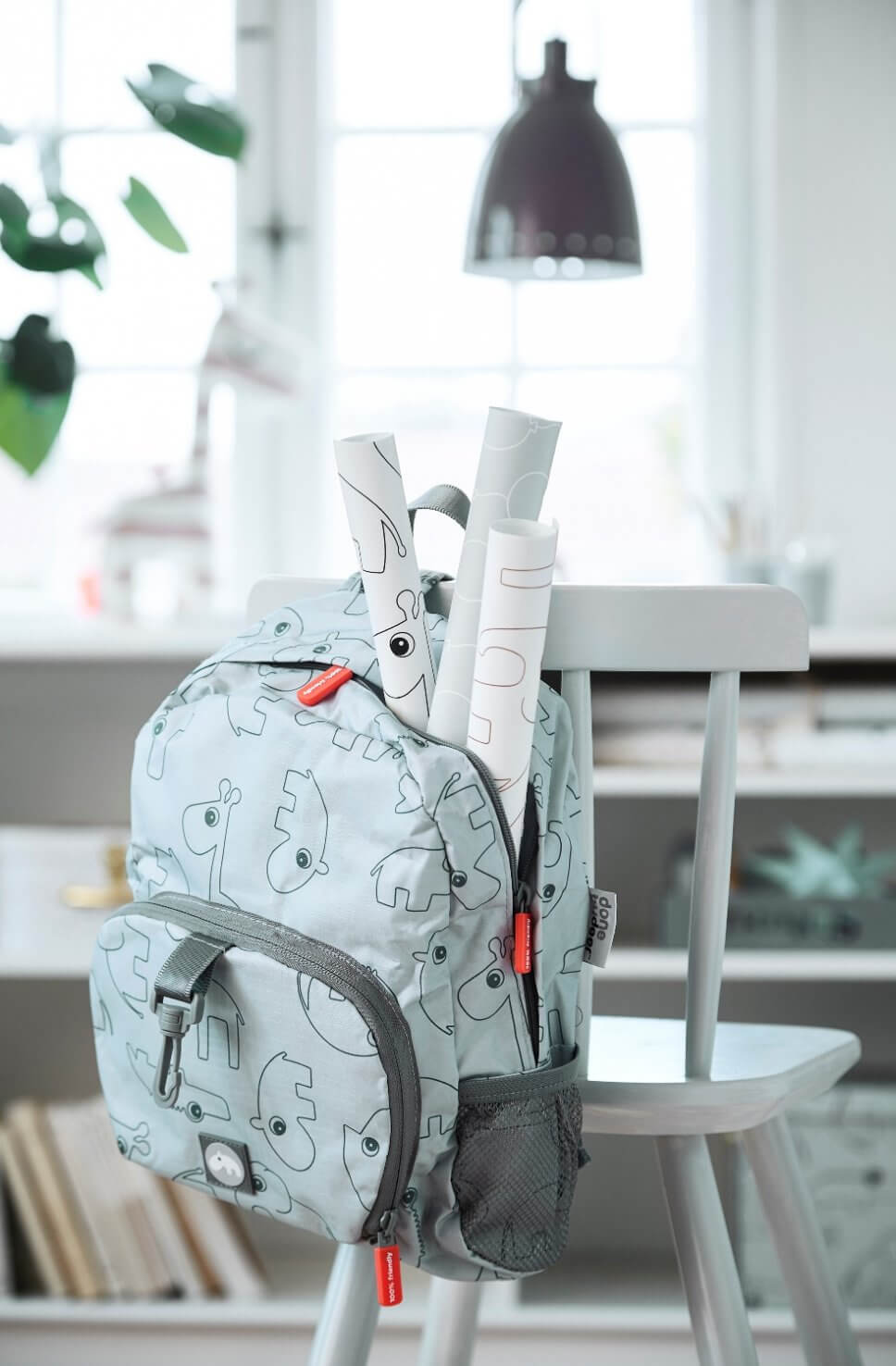 Rucksack hängt über einem Kinderstuhl