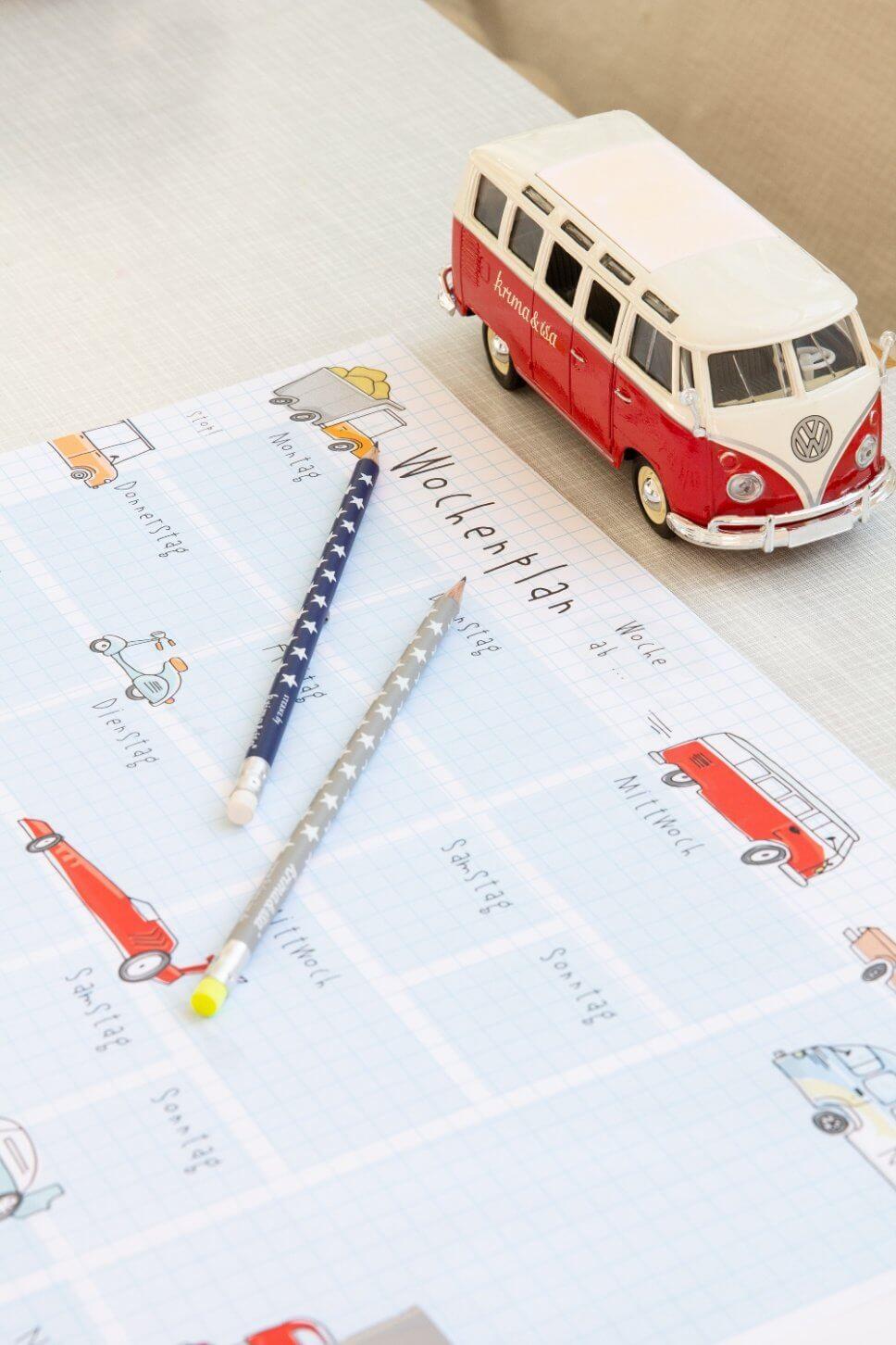 Bunte Schreibtischunterlage und Stifte