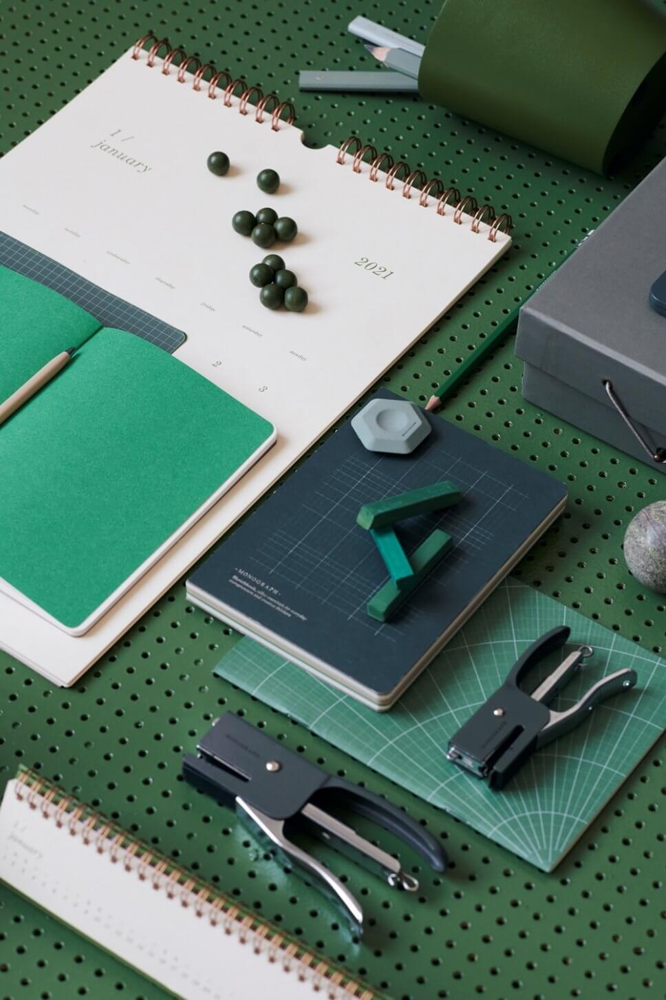 Schreibtisch mit bunten Heften, Stiften und Tacker