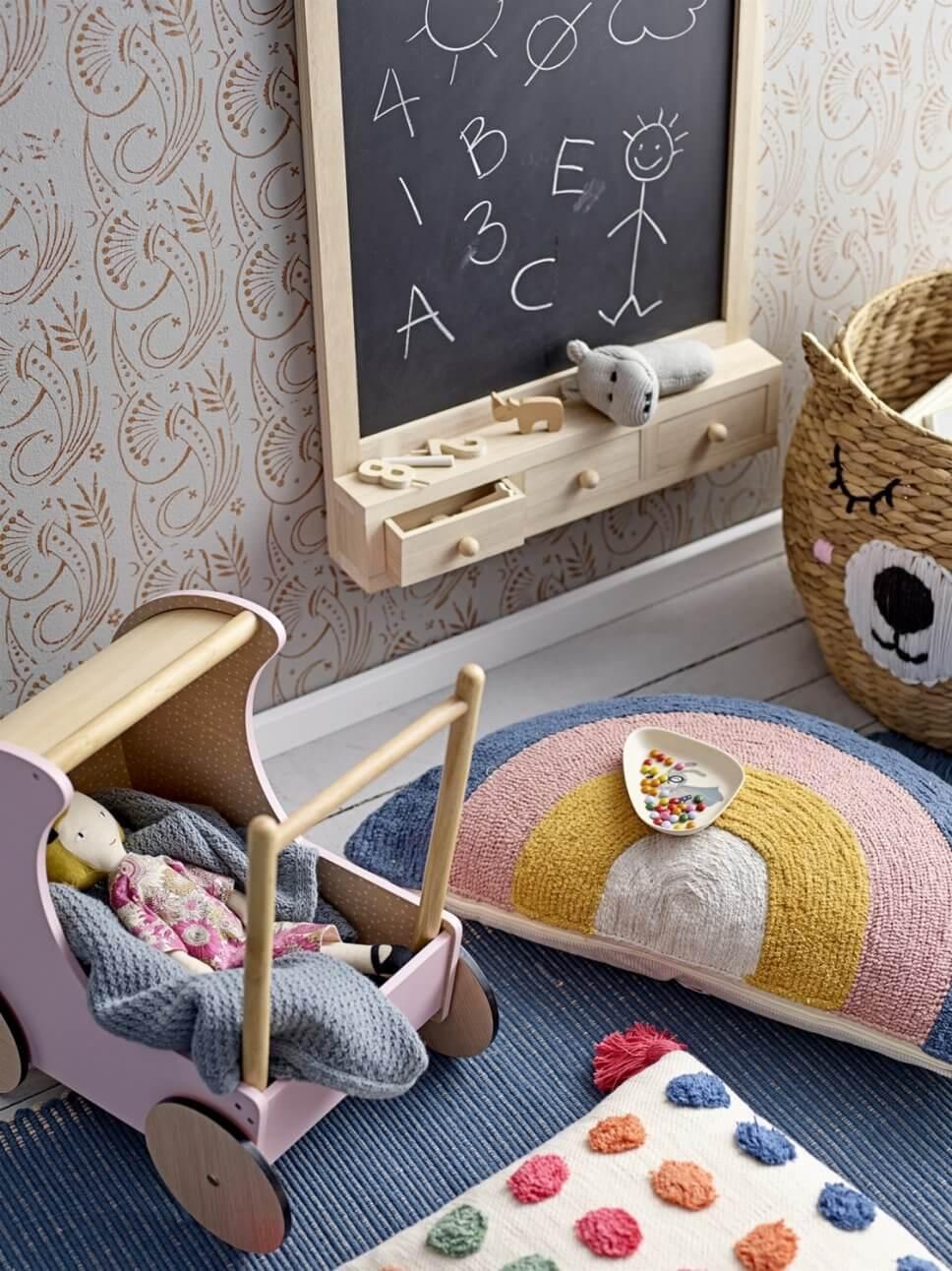 Puppenwagen und Schultafel im Kinderzimmer