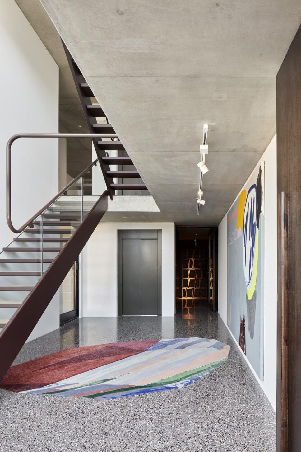 Modern eingerichtetes Treppenhaus