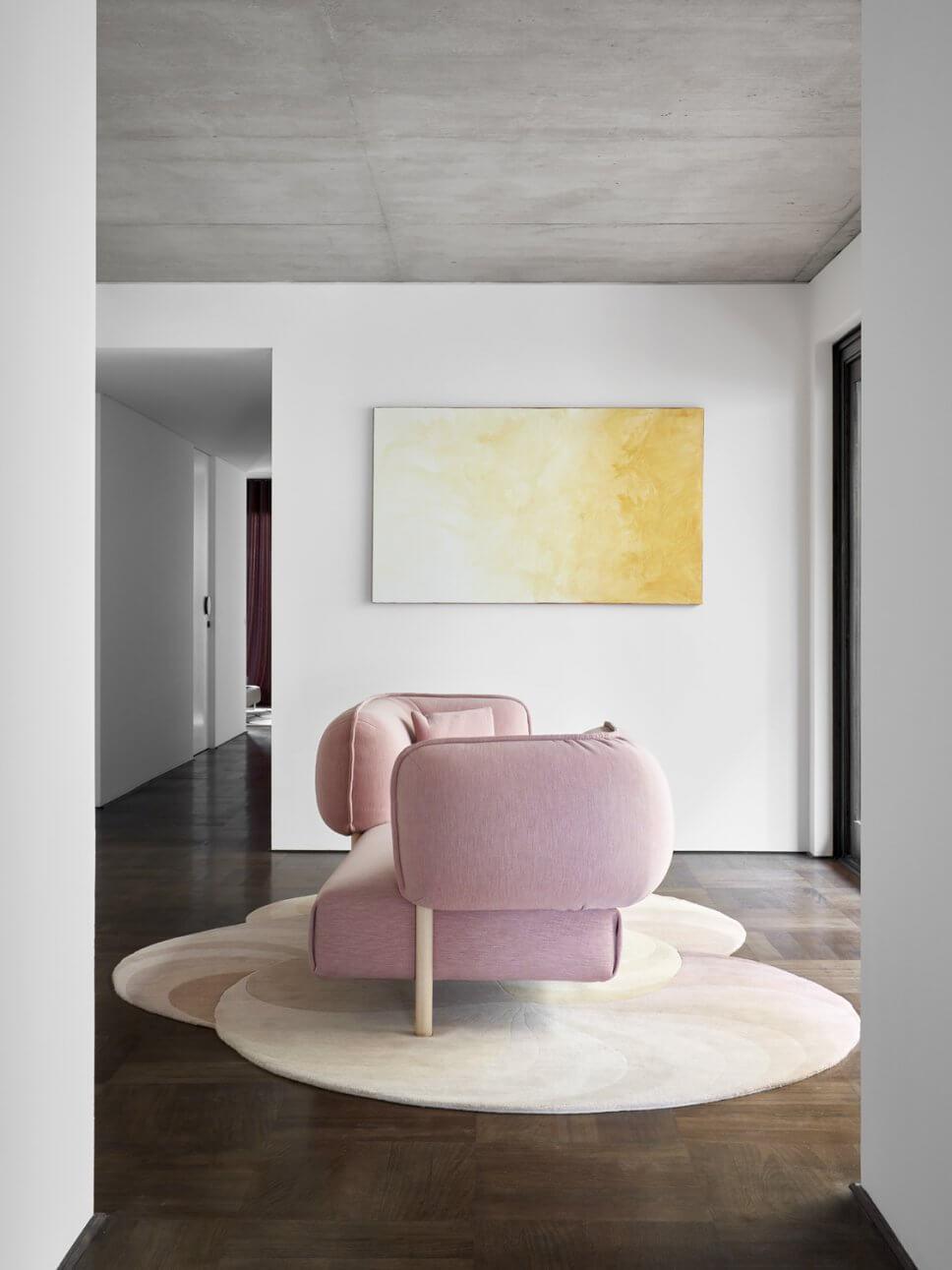 Modern eingerichtete Galerie mit Sofa