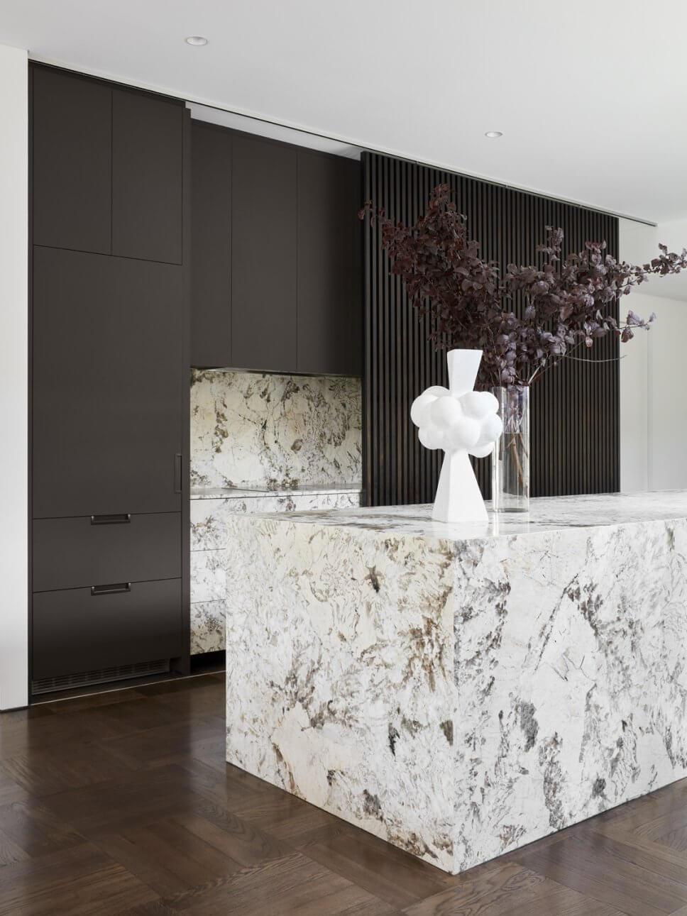 Modern eingerichtete offene Küche