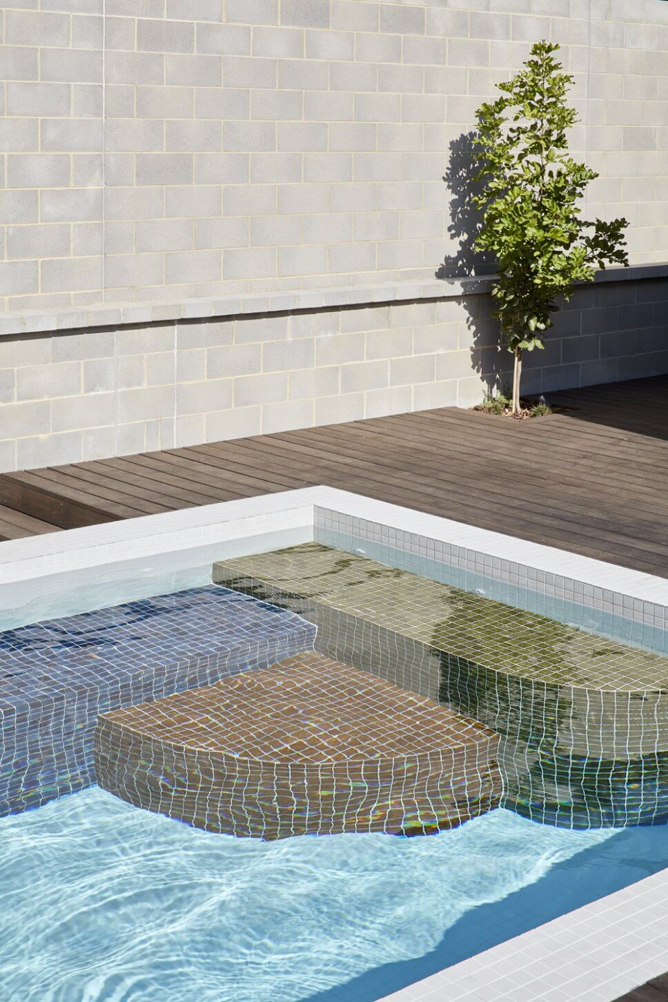 Moderne Terrasse mit Pool