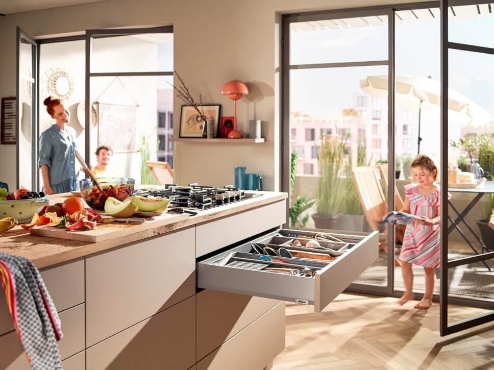Moderne offene Küche mit offener Schublade